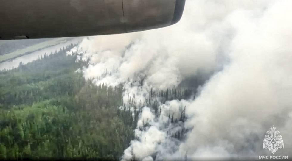 Bildet er av tygg røyk over store skogområder. Det brenner. Bildet er tatt fra lufta. Foto: Russian Emergency Situations Ministry / AP / NTB
