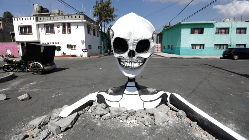 Bildet viser et stort skjelett i veien i Mexico by.