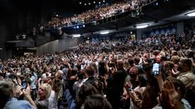 Folk gråt da teateret åpnet