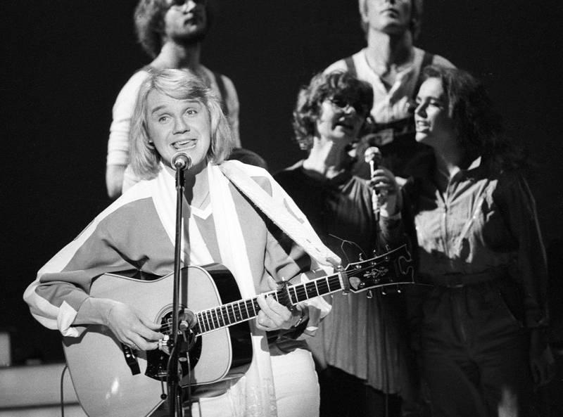 Bildet viser Finn Kalvik på scenen i 1981.