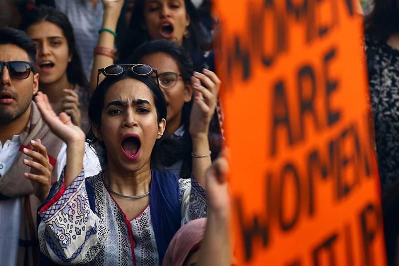 Bildet viser kvinner i 8. mars-marsj.