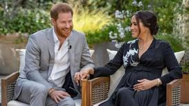 Harry og Meghan med kraftig kritikk av kongehuset