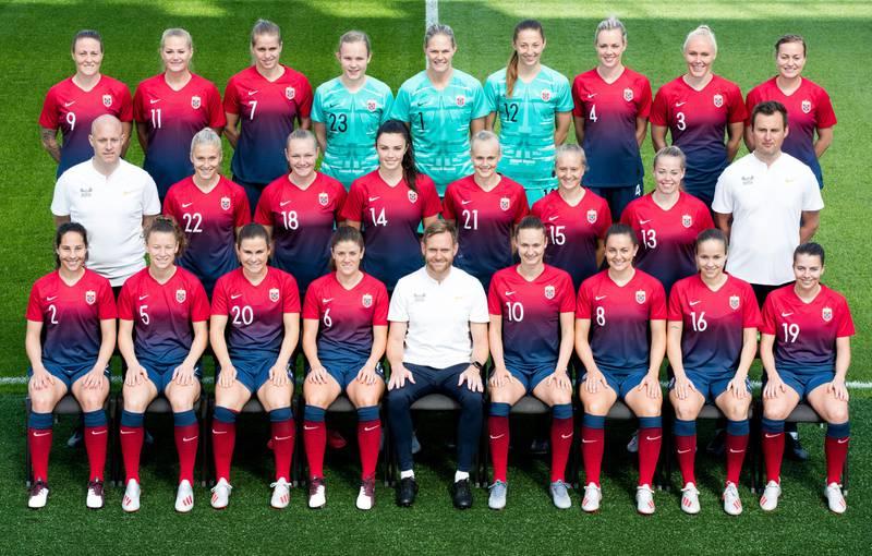 Bildet viser det norske kvinnelandslaget i fotball.
