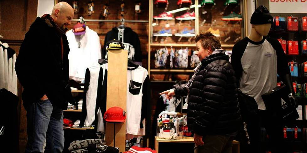 Bildet viser Pål og Renate Langstad. De er i en klesbutikk og ser på klær.