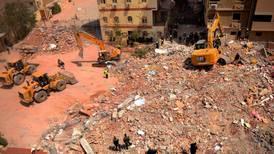 Baby funnet i live i ruinene av en rast bygning