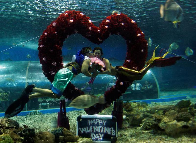 FILIPPINENE: Dykkere på Filippinene lager show for Valentinsdagen.