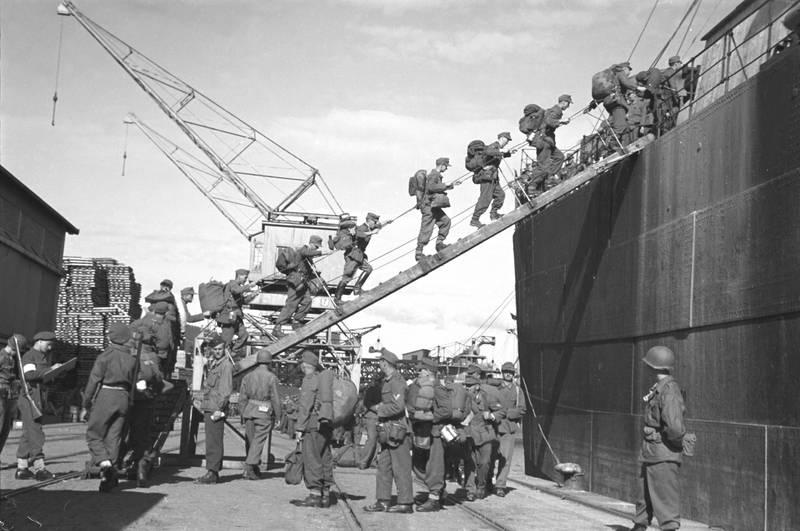 Drammen 19450721. Frigjøringen. Tyske soldater går ombord i skip som skal føre dem til Tyskland etter frigjøringen 1945. Foto: NTB arkiv / Scanpix