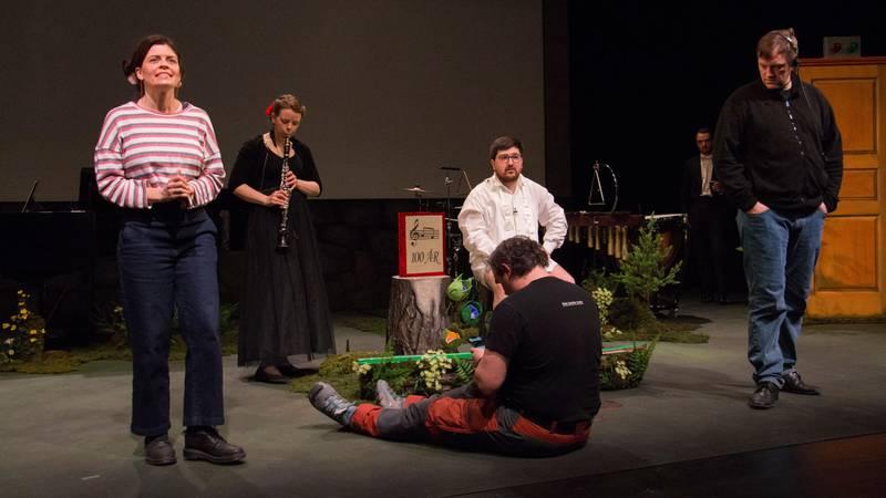 Bildet viser folk på en scene. De skal framføre stykket Klara, villsvinet og den lille musikkfabrikken.