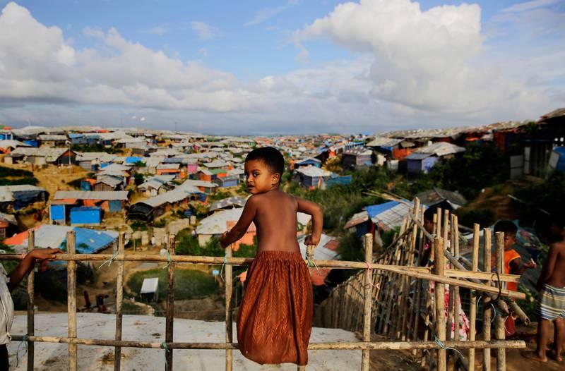 Bildet viser en gutt som ser utover den store Kutupalong-leiren.
