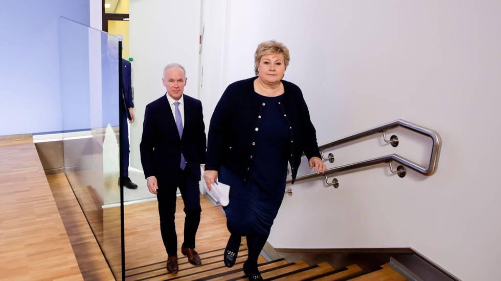 Bildet viser statsminister Erna Solberg og finansminister Jan Tore Sanner som går opp ei trapp.