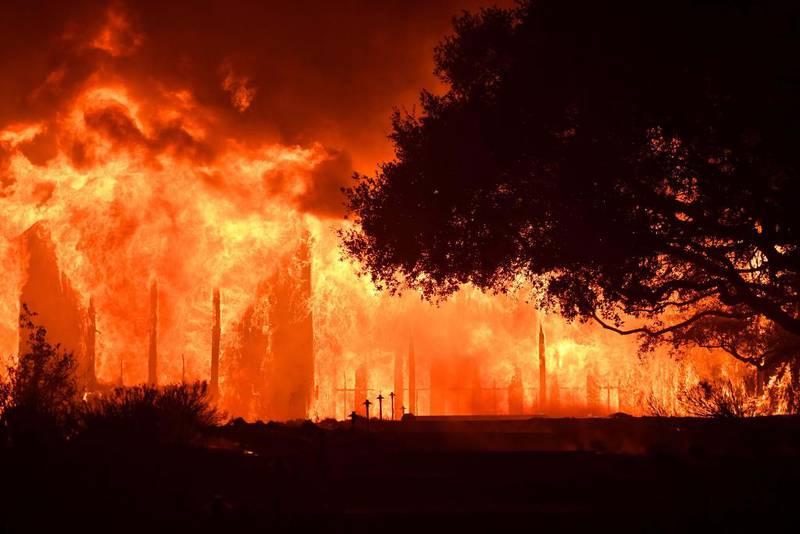 Bildet viser store flammer i mørket.