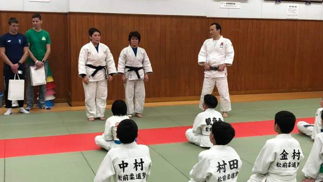 JUDO: Friba (til venstre) elsker judo. Det gir henne selvtillit og både fysisk og psykisk styrke.