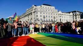 Straffer folk som fremmer homofili overfor barn