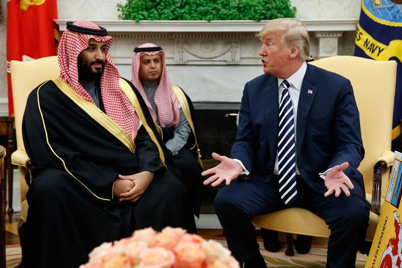 Bildet viser kronprins Mohammed bin Salman som snakker med president Donald Trump i USA.