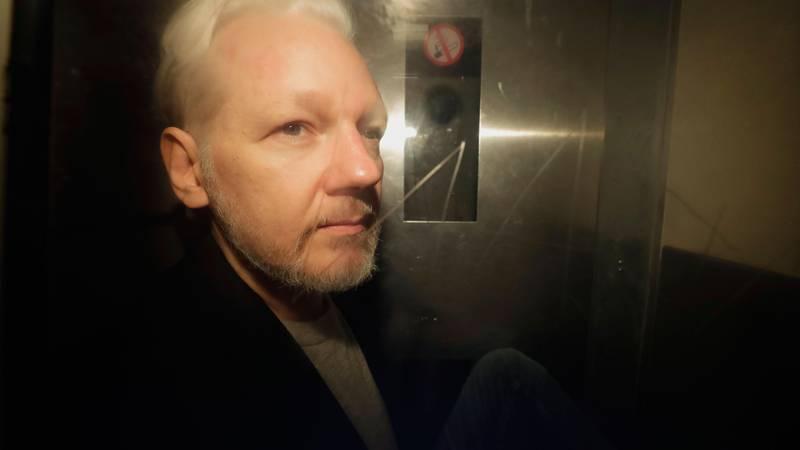 Bildet viser Julian Assange i en bil.