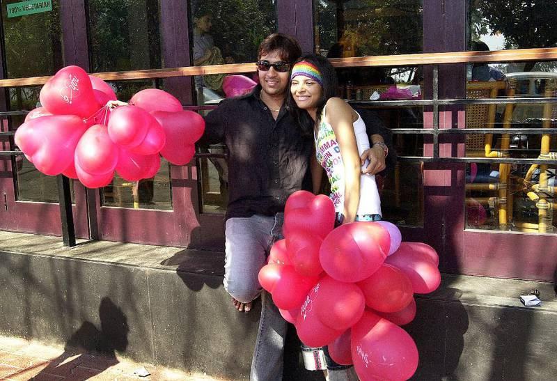 INDIA: Et ungt par i India feirer Valentinsdagen med røde ballonger.