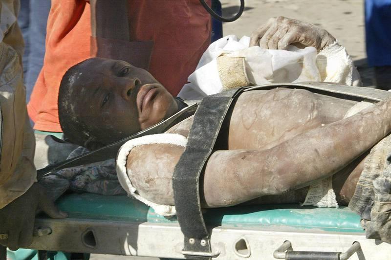 Bildet viser ein mann som ligg på ei båre. Han er gruvearbeidar og blei innestengd i 2005.