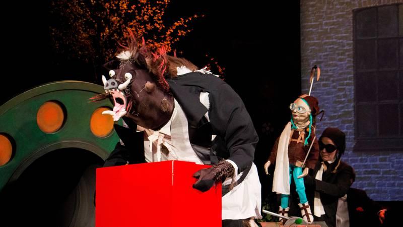 Bildet viser villsvinet som holder et klokkespill.