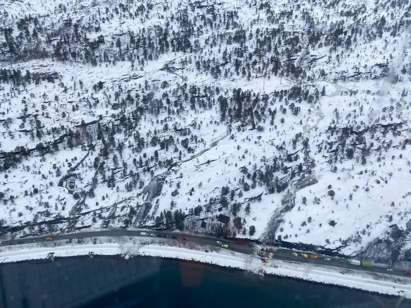 Fauske 20210225.  Politiet fikk torsdag morgen melding om at det var gått et skred over riksvei 80 ved Kistrand mellom Bodø og Fauske.  En bil og en person ble tatt av skredet. Personen er lokalisert og tatt ut av skredet, men er alvorlig skadd.  Politiet vurderer at det er stor fare for flere skred i området. Riksvei 80 fra Nordvika til Sagelva blir stengt inntil videre.  Foto: Sea King, 330 skvadronen / NTB