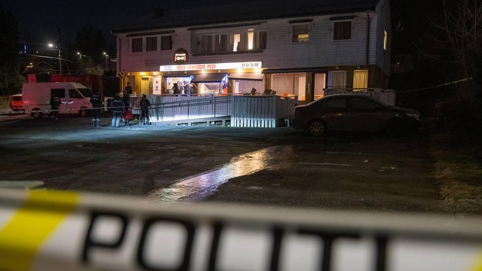 Bildet viser en restaurant i Prinsdal i Oslo. Der ble en mann skutt og drept. Politiets sperrebånd er i framgrunnen.