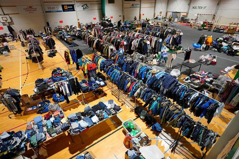 Holter 20210104. Frivillige frakter varer, klær og materiell inn og ut av Holterhallen. Folk leverer klær og materiell til hallen og evakuerte og trengende etter jordraset kommer for å få det de trenger.Foto: Lise Åserud / NTB