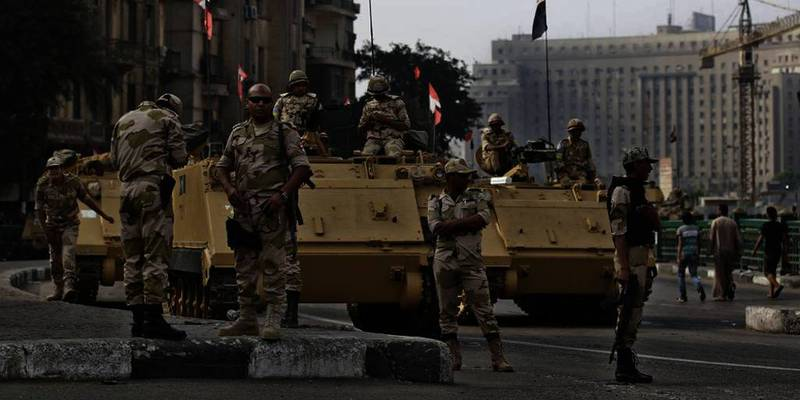 Bildet viser den egyptiske hæren i Kairo. Mandag ble 24 politimenn drept i Egypt. Myndighetene vet ikke hvem som gjorde det.