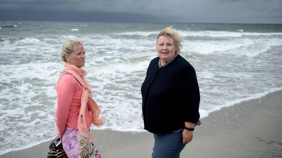 Bildet viser Erna Solberg sammen med ordfører i Klepp Ane Mari Braut Nese. De står på ei strand.