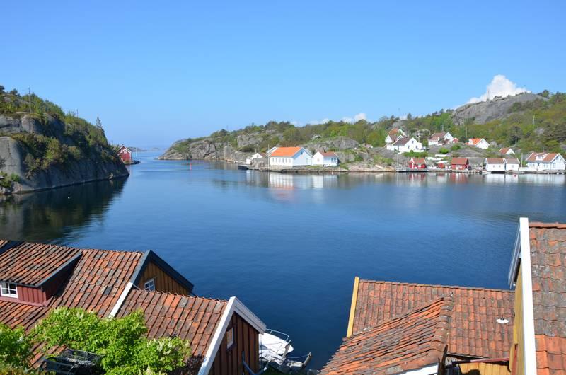 Bryggestykket i front Tønnevoll med sjøbu bakenfor Uthavn  Historisk seilskipshavn  Registrert i SEFRAK 1979: 1018-002-11