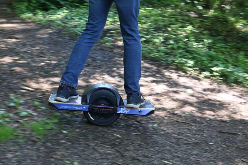 Bildet viser et par bein på en ståhjuling.