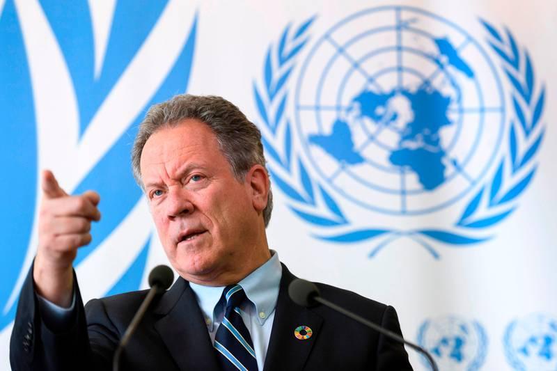 Bildet er av David Beasley. Han står foran et flagg fra Verdens matvareprogram. Han er leder i organisasjonen.