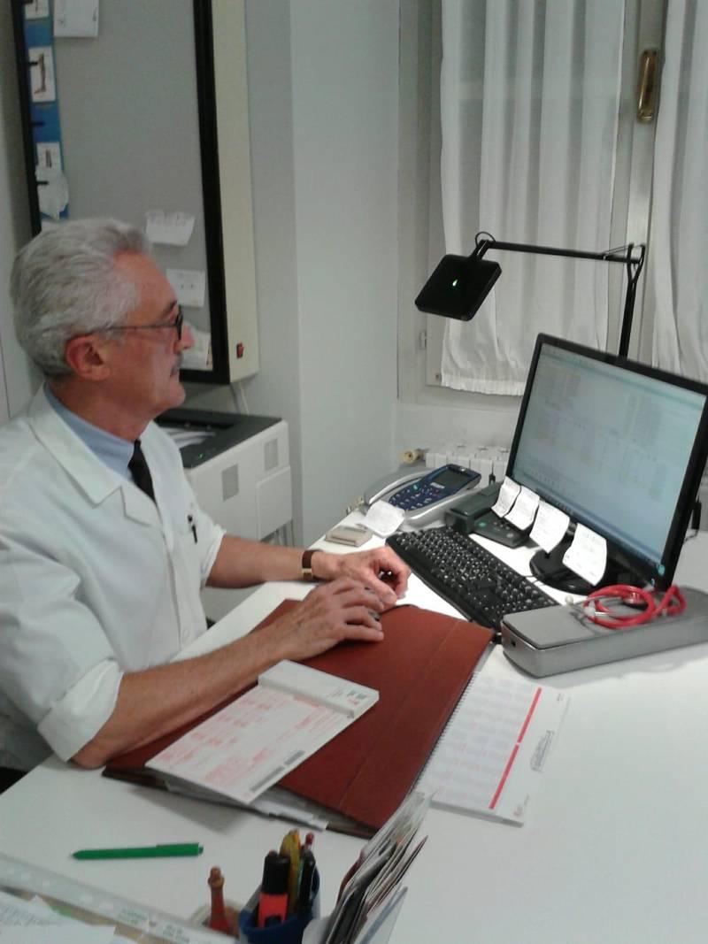 Bildet viser Gerolamo Drago. Han jobber som fastlege i Lombardia i Nord-Italia. Mange av pasientene hans er bekymret ofr viruset covid-19.