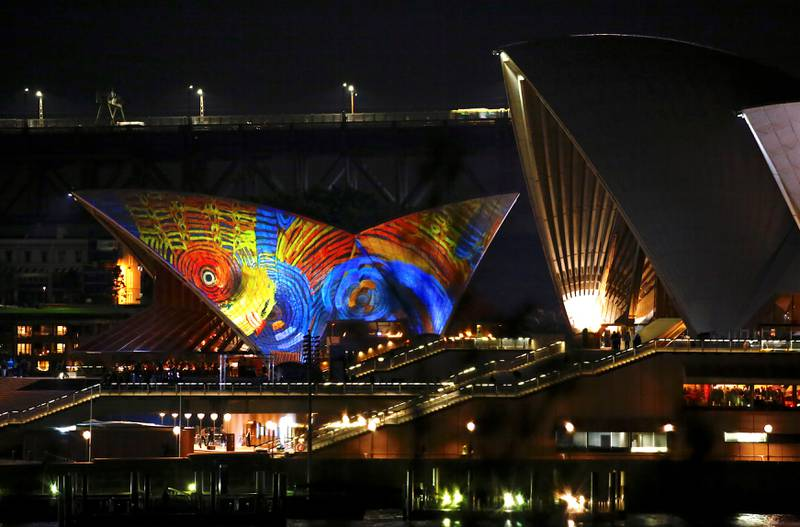 Bildet viser at operaen i Sydney i Australia lyses opp med fargerik kunst.