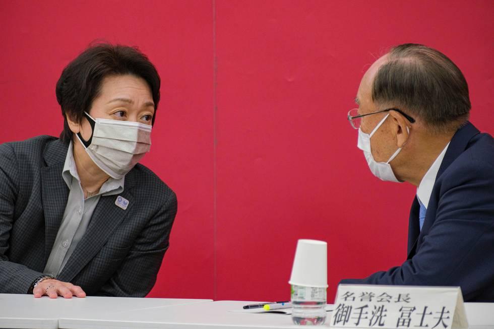 OL-sjef Seiko Hashimoto sitter i samtaler med en annen OL-sjef.