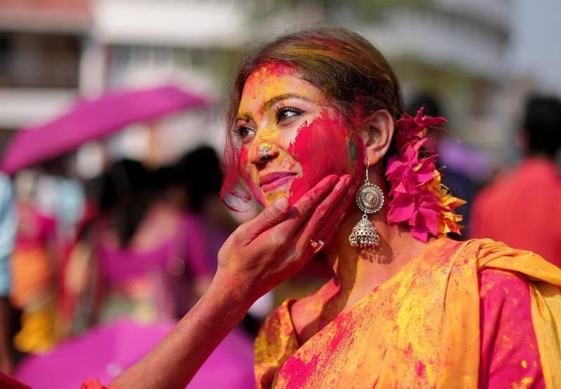 Bildet viser en indisk kvinne med maling i ansiktet, fra festivalen Holi i India.