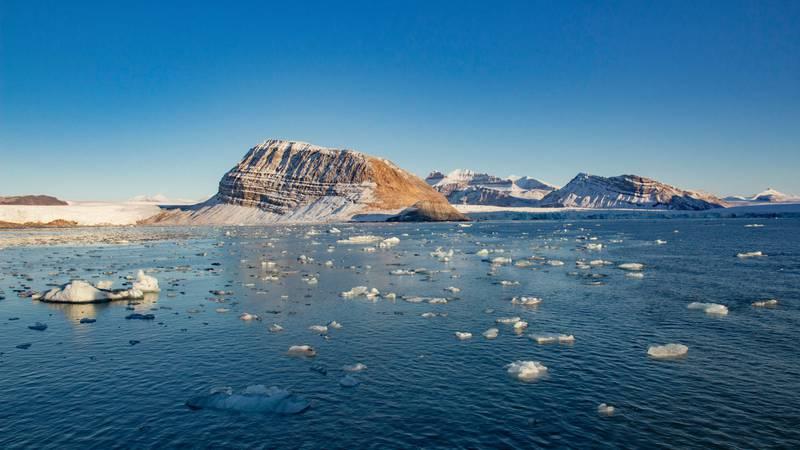 Bildet viser hav med flak av is.
