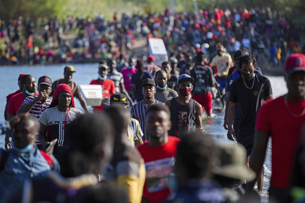 Migrantstrømmen over elva Rio Grande har overveldet amerikanske myndigheter og ført til betydelige forsinkelser i behandlingen av ankomstene, selv om det jobbes på spreng. Foto: Marie D. De Jesús / Houston Chronicle via AP / NTB