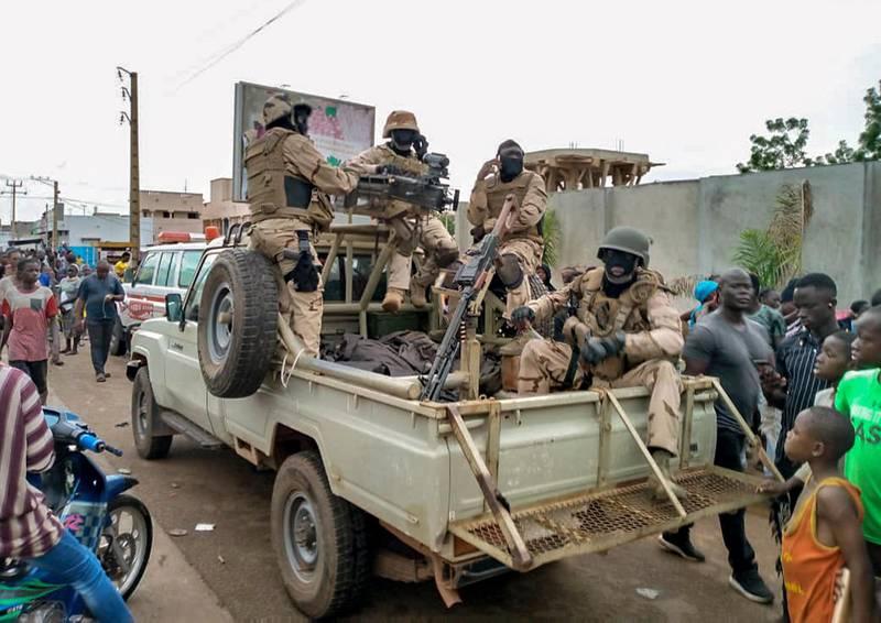 Bildet er av en militær jeep som står utenfor boligen til Ibrahim Boubacar Keita. Det er flere soldater i bilen, og mange folk rundt. Keita ble fanget av soldater tirsdag, og natt til onsdag sluttet han som president i Mali.