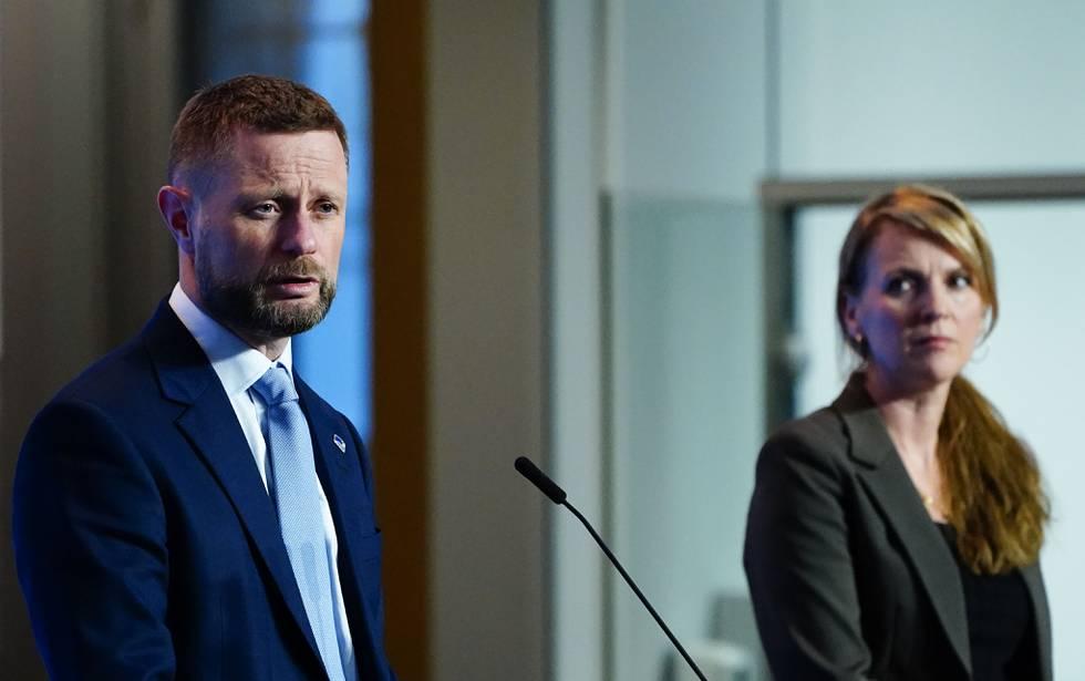 Bildet er av helseminister Bent Høie og Line Vold i FHI. Foto: Lise Åserud / NTB