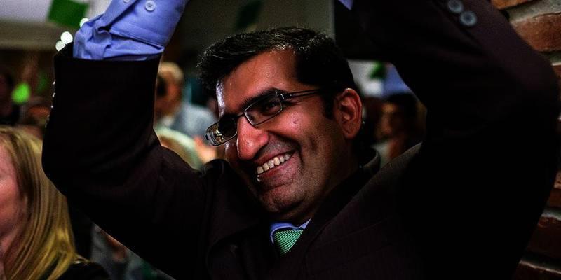 Bildet viser en mann som smiler og holder armene i været. Shoaib Sultan jublet for godt valgresultat for miljøpartiet De grønne i Oslo. Han kan nå bli ordfører for partiet. Da blir han Oslos første muslimske ordfører.