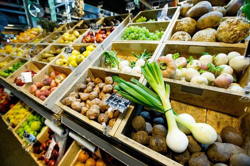 Bildet er kasser med masser av grønnsaker.