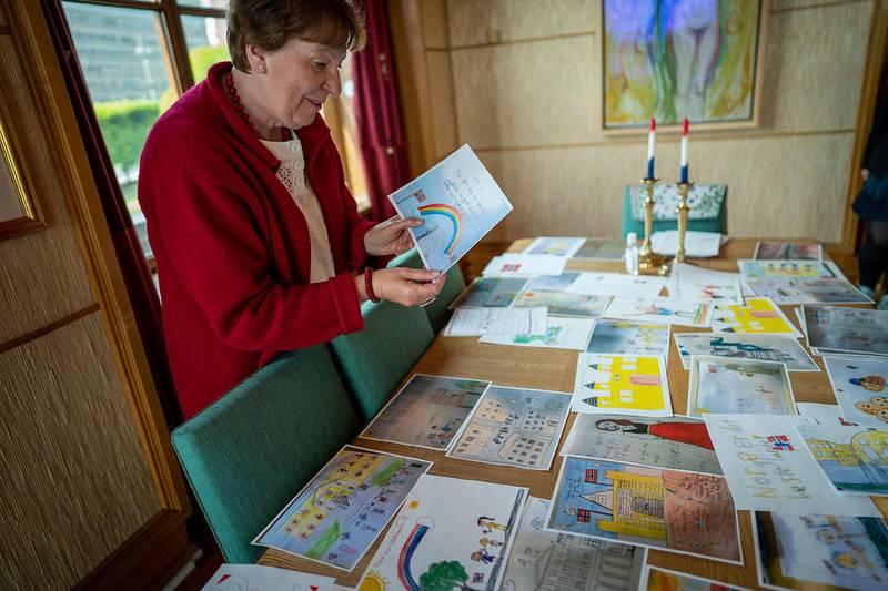 Bildet viser Marianne Borgen som holder opp en tegning. – Jeg blir veldig rørt av det. For du ser at det barna forbinder 17. mai med, er fellesskap og samhold, is og brus, flagg, faner og korps. Det sier Oslos ordfører Marianne Borgen.