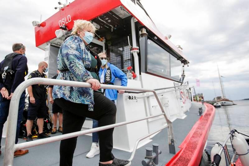 Bildet viser statsminister Erna Solberg om bord på en redningsskøyte i Larvik.