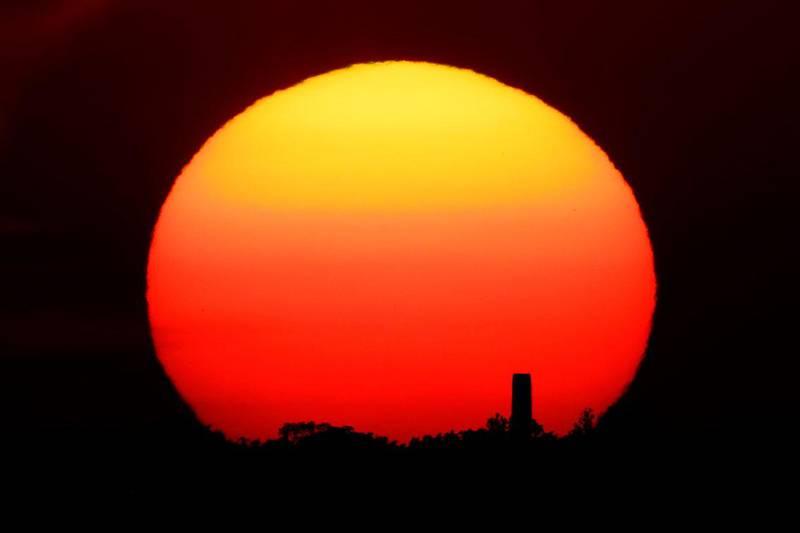 Bildet viser et landskap i solnedgang.