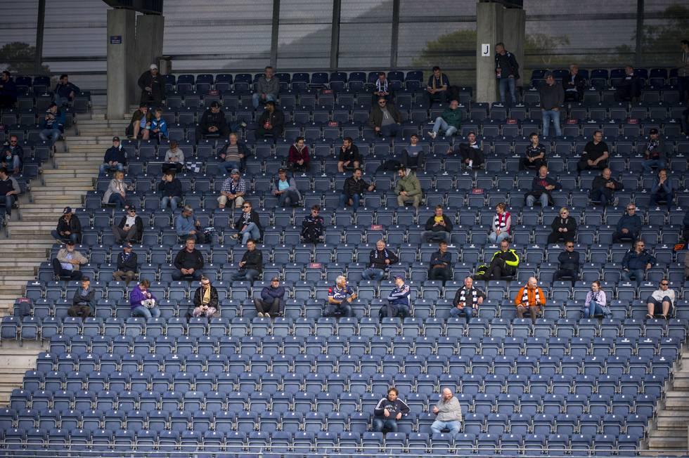 Bildet viser tilskuere som sitter spredt på tribunen under en fotballkamp mellom Viking og Mjøndalen.