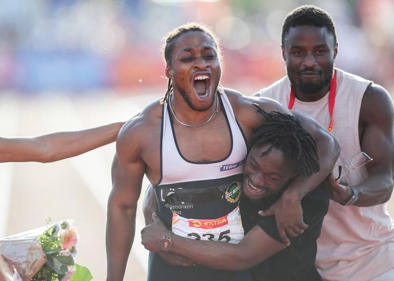 Bildet er av Salum Ageze Kashafali. Han vant 100 meter sprint for herrer i NM i fjor. Han jubler på bildet.