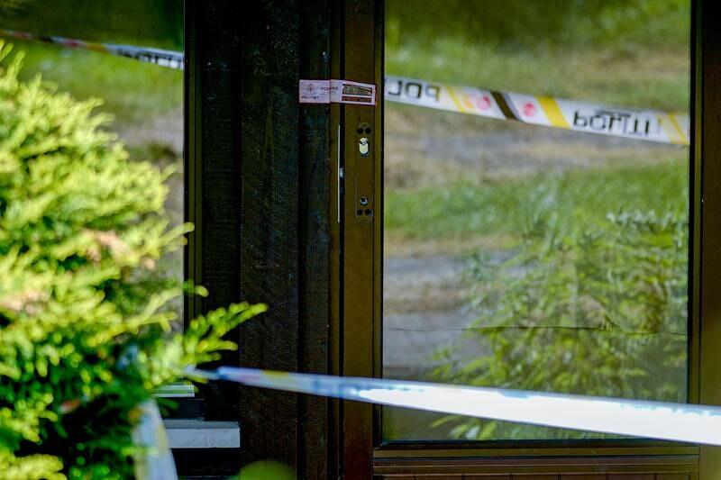 Plombert dør på Hellerud i Oslo der en kvinne tirsdag morgen ble funnet drept inne i en leilighet. En mann i 20-årene er pågrepet og siktet i saken. Foto: Terje Bendiksby / NTB