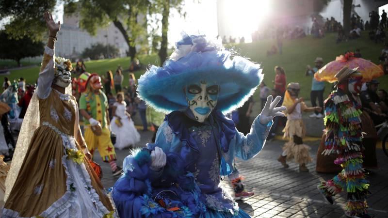 Bildet viser utkledde folk i en parade før De dødes dag i Mexico.
