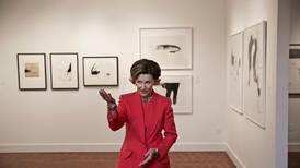 Dronning Sonja gir bort kunst i gave