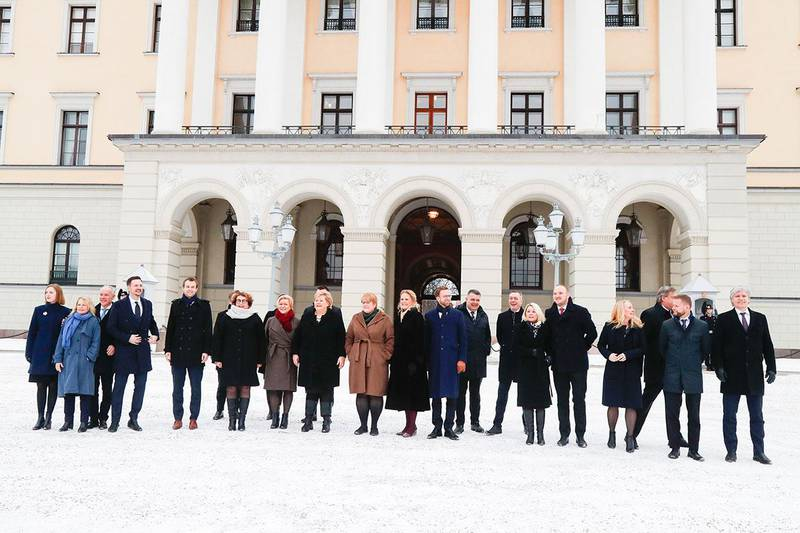 Bildet viser den nye regjeringen til statsminister Erna Solberg. Alle statsrådene står foran Slottet. Solberg viser fram sin utvidede regjering etter ekstraordinært statsråd på Slottet tirsdag.