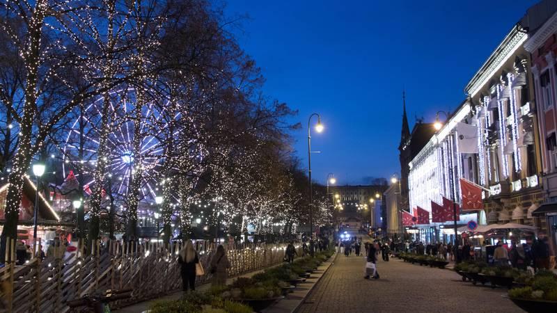 Bildet viser Oslo sentrum med julelys.